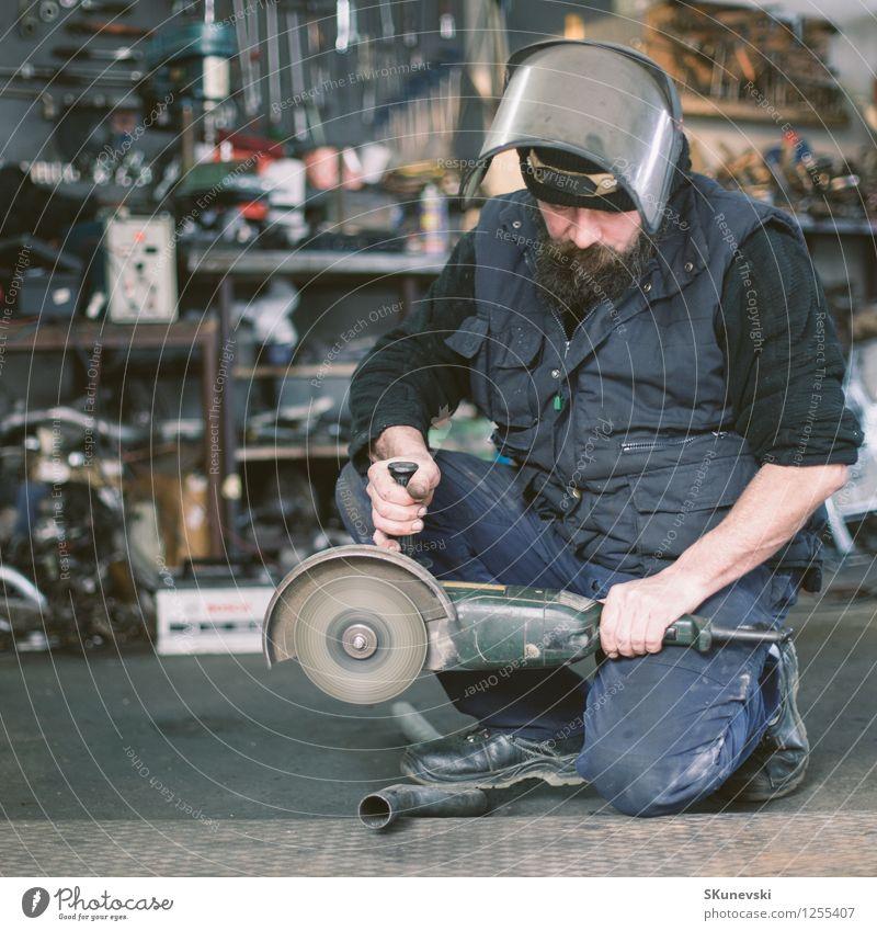 Metallschleifen auf Stahlersatzteil in der Werkstatt Mensch Mann blau weiß schwarz Erwachsene Business Arbeit & Erwerbstätigkeit authentisch 45-60 Jahre