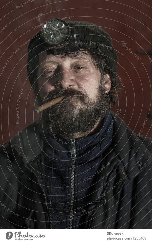 Porträt des Kohlenbergmannes mit rauchender Zigarre des Bartes Fotokamera Mensch Mann Erwachsene Kunst Vollbart Behaarung beobachten Denken Lächeln authentisch