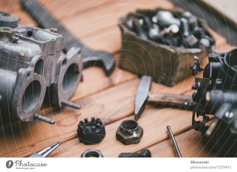 Vergaser für einen Automotor mit Werkzeugen auf Holztisch alt Metall Arbeit & Erwerbstätigkeit PKW Industrie Rost Stahl Teller Mitarbeiter industriell Zahnrad