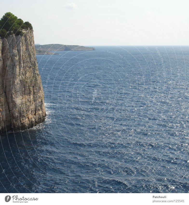 Die Klippen von Kornati Meer blau Strand Stein Linie Wellen Küste Horizont Felsen hoch Insel Klippe steil Nationalpark Kroatien Mineralien