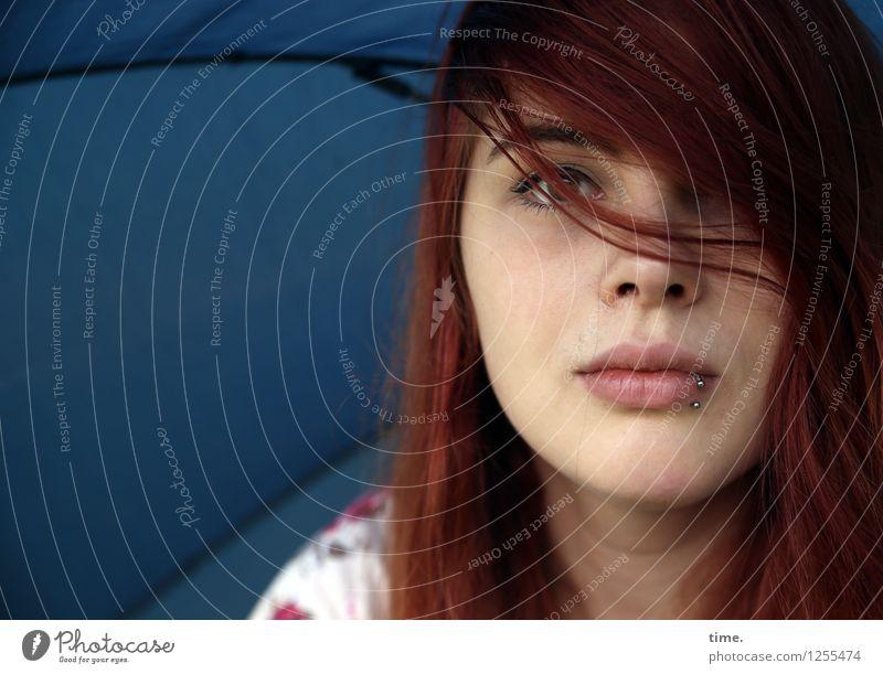 . Mensch Jugendliche schön Junge Frau Leben feminin Denken Zufriedenheit warten beobachten Neugier Schutz Sicherheit entdecken Vertrauen Regenschirm
