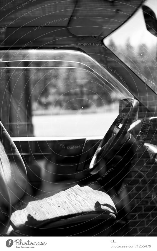 zeitmaschine Verkehr Verkehrsmittel Straßenverkehr Autofahren PKW Lenker Autofenster Pause stagnierend Schwarzweißfoto Menschenleer Tag Reflexion & Spiegelung