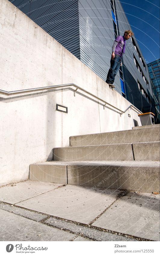 Balance || Mensch weiß Stadt rot Wand Fenster Mauer Gebäude Architektur Beton Beginn Jeanshose gefährlich stehen bedrohlich violett