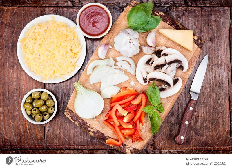 Frische Zutaten für hausgemachte Pizza Blatt Lebensmittel frisch Tisch Gemüse Pilz Schalen & Schüsseln Mahlzeit Abendessen Scheibe Messer Gitter Tomate