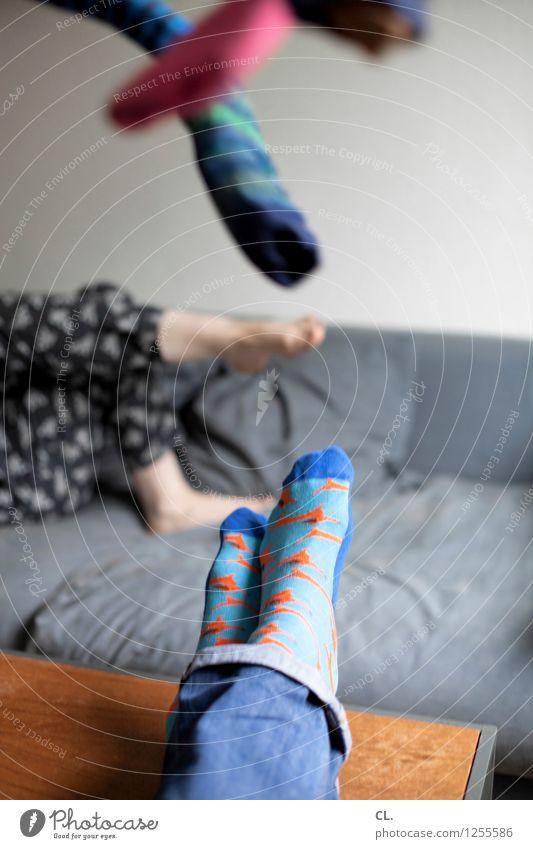 von den socken Häusliches Leben Wohnung Sofa Tisch Raum Mensch maskulin feminin Frau Erwachsene Mann Beine Fuß 2 Mode Bekleidung Jeanshose Strümpfe Erholung