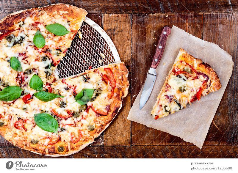Frische hausgemachte Pizza Lebensmittel Gemüse Abendessen Fastfood Italienische Küche Messer Tisch Papier frisch heimwärts gebastelt horizontal Mahlzeit