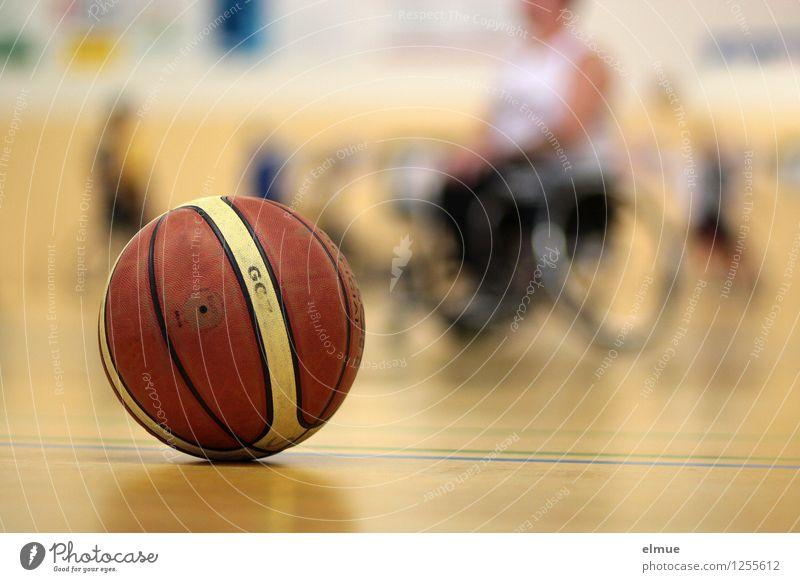 Profisport mit Handicap sportlich Fitness Sport Ballsport Basketball Rollstuhlbasketball Sportveranstaltung Sporthalle kämpfen Erfolg Zusammensein gelb