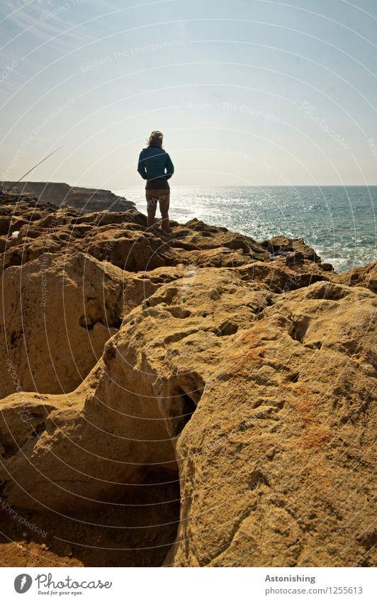 Blick in die Ferne Mensch Himmel Natur Jugendliche blau Sommer Sonne Meer Einsamkeit Landschaft 18-30 Jahre Reisefotografie Erwachsene Umwelt feminin Küste