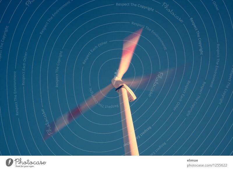 Energie Fortschritt Zukunft Energiewirtschaft Erneuerbare Energie Windkraftanlage Windrad Streitpunkt drehen modern nachhaltig blau rot weiß Kraft Sicherheit