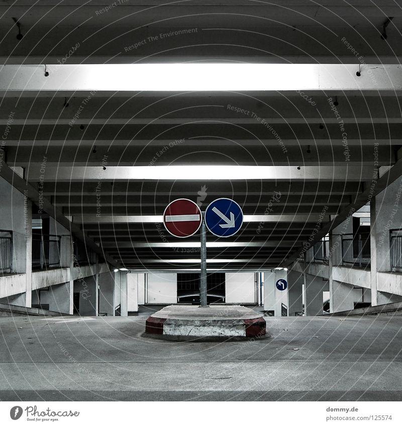 NO | GO Fahrbahn fahren Haus Garage Tiefgarage parken Parkhaus Schilder & Markierungen Ecke Streifen Beton Stahl dunkel Nacht leer Einsamkeit Bordsteinkante