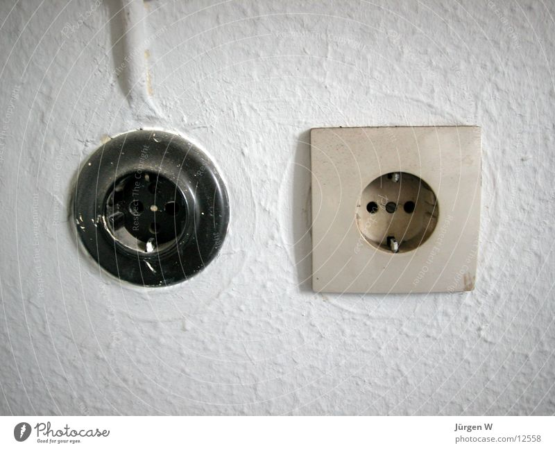 Alt und Neu alt weiß schwarz Kraft Elektrizität neu Dinge Steckdose