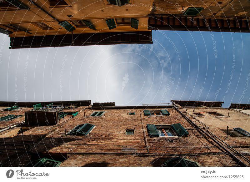 Schlitzschlucht Himmel Ferien & Urlaub & Reisen Stadt alt blau Sommer Haus Wand Gebäude Mauer Fassade orange Tourismus Häusliches Leben dreckig hoch