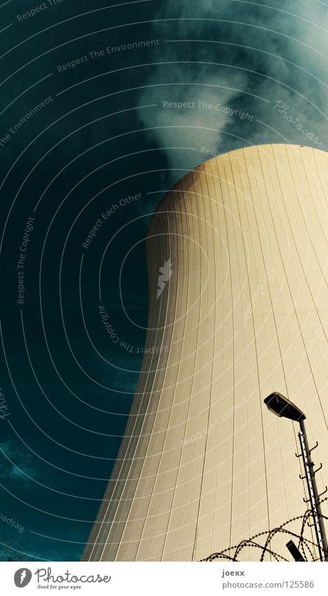 Wasserkocher_II kühlen Barriere Kernkraftwerk Kühlung Laterne Licht Stacheldraht Elektrizität Verdunstung verdursten Wasserdampf Wasserkühlung Wolken Zaun