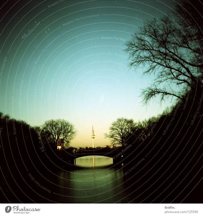 Mundsburger Brücke Himmel Stadt Wasser Baum ruhig dunkel Aussicht Brücke Hamburg Fluss Wolkenloser Himmel Fernsehturm Vignettierung Morgendämmerung schemenhaft Alster