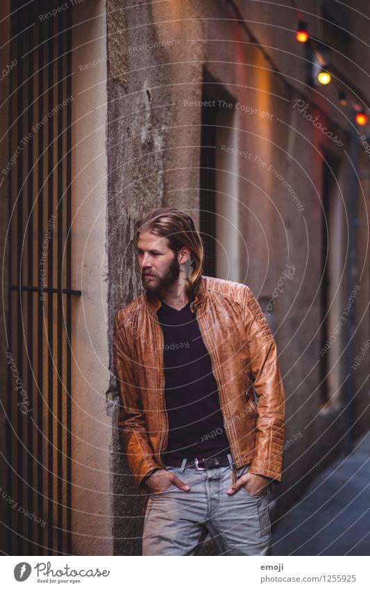 street lights Mensch Jugendliche Stadt schön Junger Mann Haus 18-30 Jahre Erwachsene Wand Mauer Mode maskulin Coolness Jacke Lederjacke