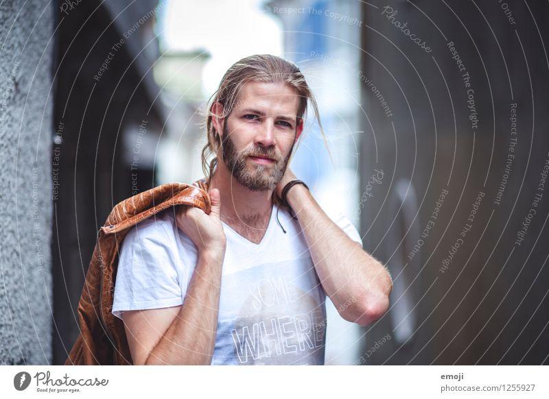 Wind maskulin Junger Mann Jugendliche 1 Mensch 18-30 Jahre Erwachsene Mode Coolness trendy schön Farbfoto Außenaufnahme Tag Schwache Tiefenschärfe Porträt