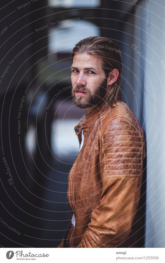 Gasse maskulin Junger Mann Jugendliche 1 Mensch 18-30 Jahre Erwachsene Mode langhaarig Bart Coolness trendy schön direkt ernst Farbfoto Außenaufnahme Tag