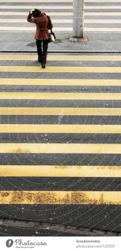 Schmalspur Fußgängerübergang Zebrastreifen gelb Asphalt Verkehr Stadt gehen Überqueren betoniert Teer Streifen schmal Frau Tasche Jacke Sicherheit Schutzweg