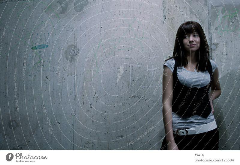 grau in grau Frau alt Gesicht dunkel Wand Graffiti Mauer Beine Beleuchtung Beton Körperhaltung Porträt Straßenkunst Neonlicht gestikulieren