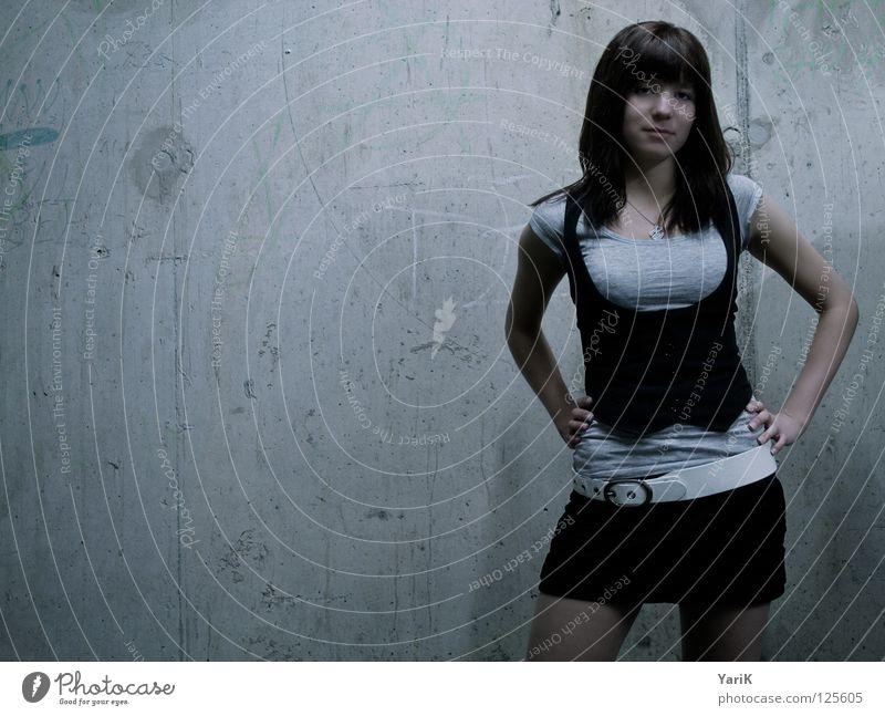 grau in grau II Frau alt Gesicht dunkel Wand Graffiti Mauer Beine Beleuchtung Arme Beton Körperhaltung Porträt Neonlicht gestikulieren