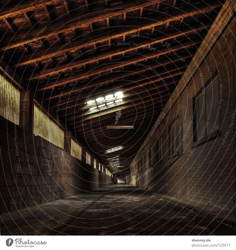 endless Unendlichkeit Tunnel Flur Bürgersteig Arbeit & Erwerbstätigkeit Arbeitsplatz leer dreckig Fenster vergilbt Dach Licht planen stilllegen Einsamkeit