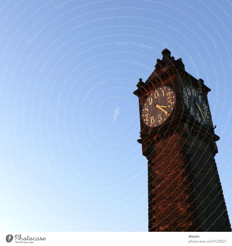 What´s The Time? alt Himmel blau gold Uhr Ziffern & Zahlen Denkmal historisch Wahrzeichen Schönes Wetter Anzeige Blauer Himmel Hochwasser Uhrenzeiger Sandstein Wolkenloser Himmel