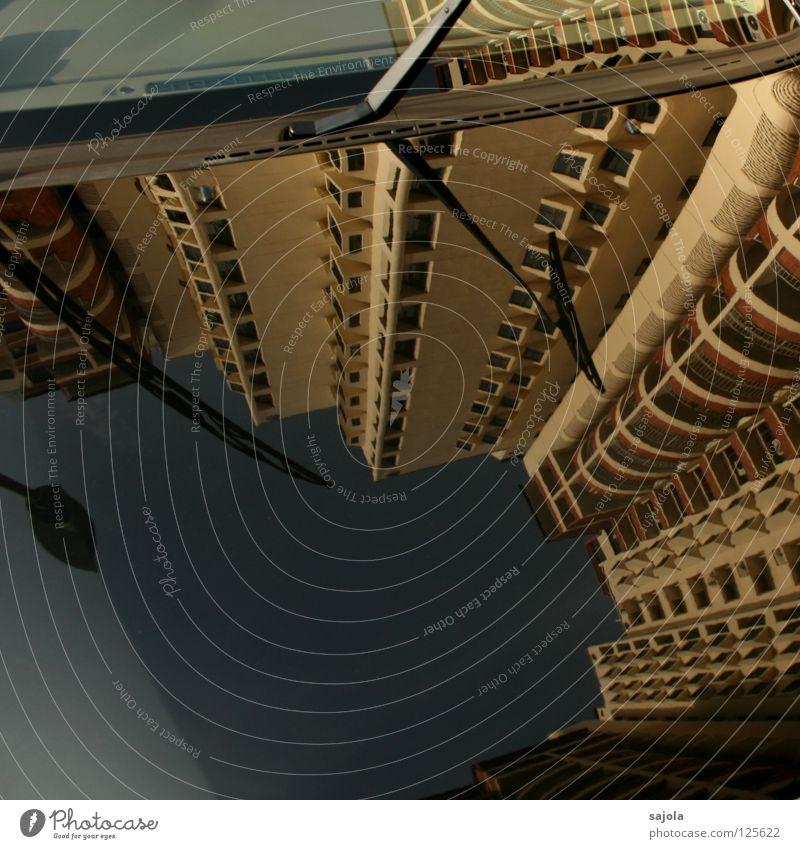 hommage an LH Himmel schwarz Haus Fenster PKW Hochhaus hoch Asien Laterne Balkon Fensterscheibe Spiegelbild Singapore Motorhaube Scheibenwischer gereinigt