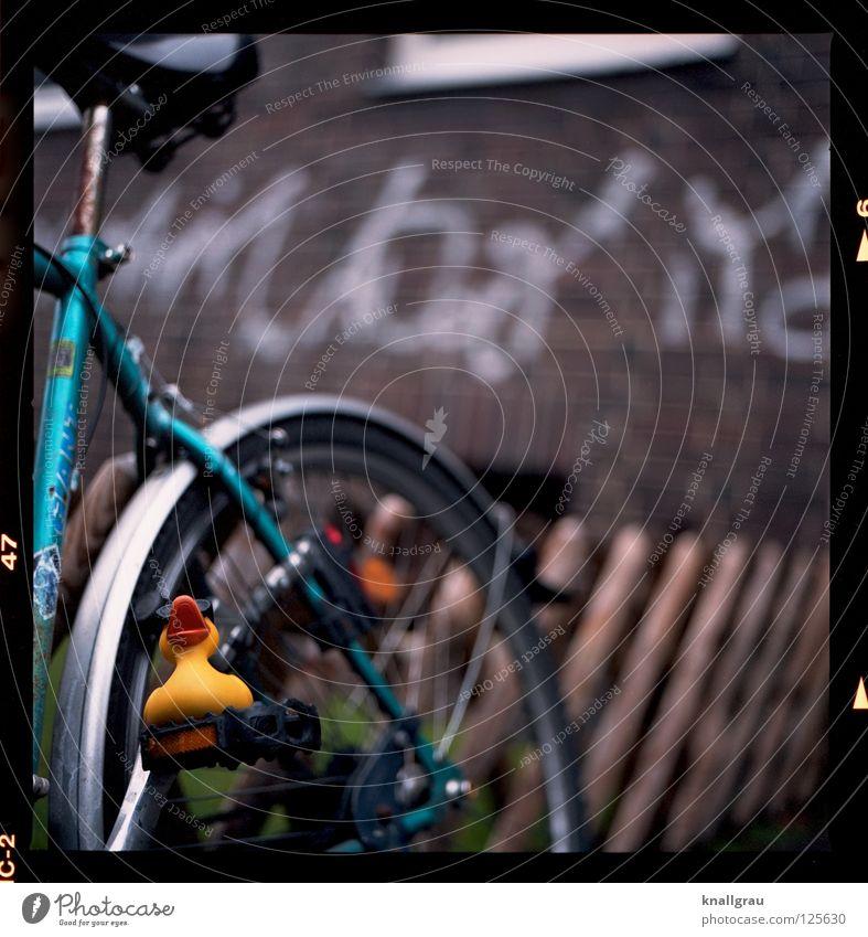 Pedal-Ente Freude gelb Graffiti Spielen braun Kindheit Fahrrad Freizeit & Hobby Ausflug Verkehr Sicherheit Coolness Stadtleben Spielzeug Rost Ente