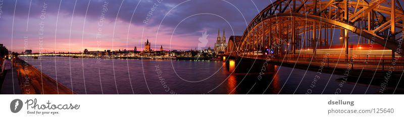 Panorama Wahrzeichen von Köln in der Abenddämmerung Farbfoto mehrfarbig Außenaufnahme Textfreiraum links Textfreiraum oben Dämmerung Licht Schatten Silhouette