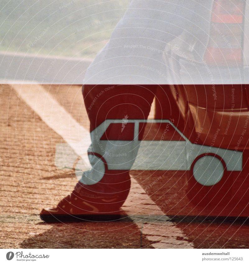 [Zweitwagen] Mann weiß grün Straße Farbe Fuß PKW Schuhe KFZ Jeanshose Pause stehen Streifen analog Autobahn Rad