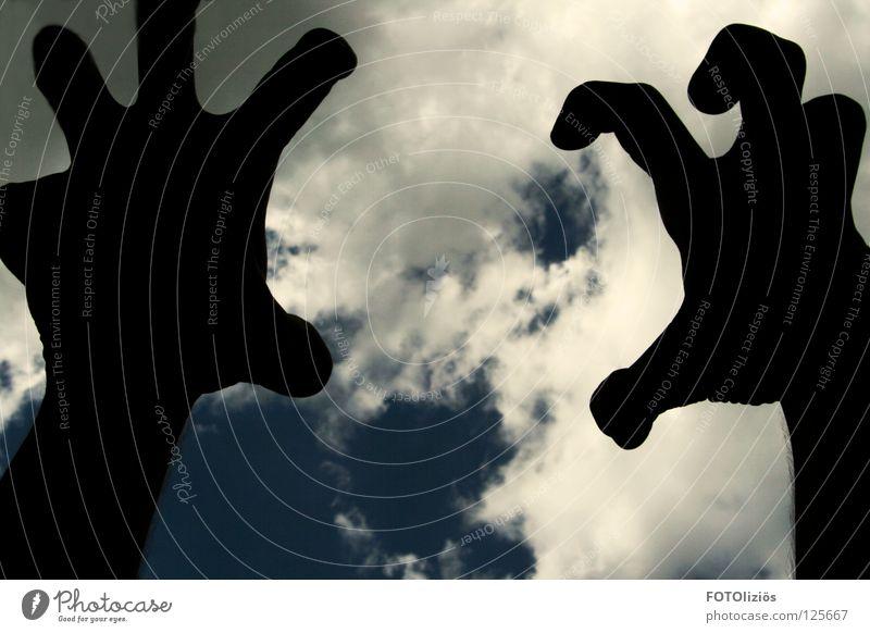 Gleich hab ich dich. Hand Himmel blau Wolken grau Angst Finger fangen Panik Krallen Tentakel Fingerkuppe