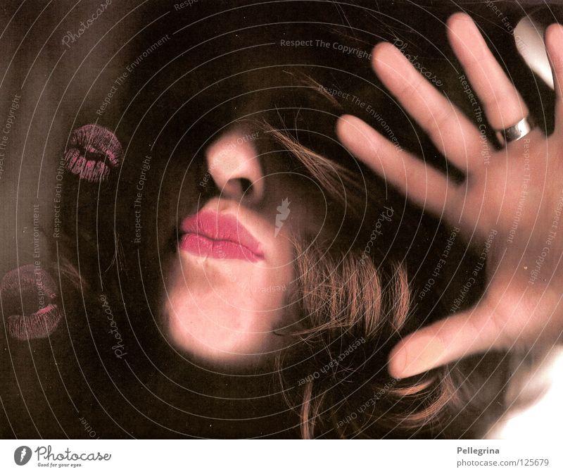 kussmonster Frau Hand Gesicht dunkel Haare & Frisuren Glas rosa Mund Nase Lippen geheimnisvoll Küssen verstecken Fensterscheibe gefangen rückwärts