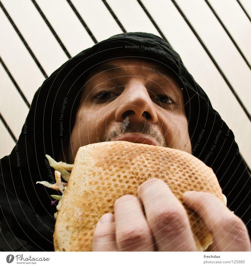 Mit Alles und scharf !! Mann Bart Finger Brot Nasenloch Kapuze Saucen Kebab Türkei Lammfleisch lecker Mittag Streifen Froschperspektive Ernährung gelb schwarz