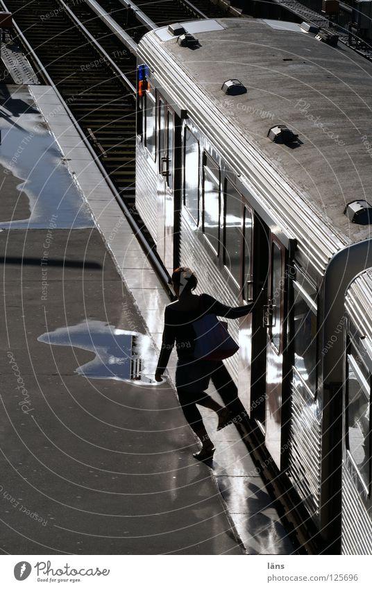 Ausstieg rechts... Mensch Stadt Ferien & Urlaub & Reisen Erwachsene Metall Linie glänzend nass Verkehr Eisenbahn Hamburg festhalten Gleise Verkehrswege U-Bahn