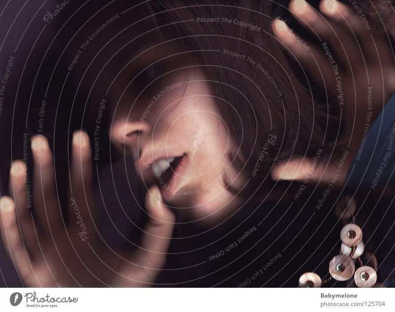 Alpträume Porträt Selbstportrait Alptraum Frau Angst Hand Finger gefangen erfassen hilflos dunkel gruselig Panik Mensch Haut Glas Mund Nase