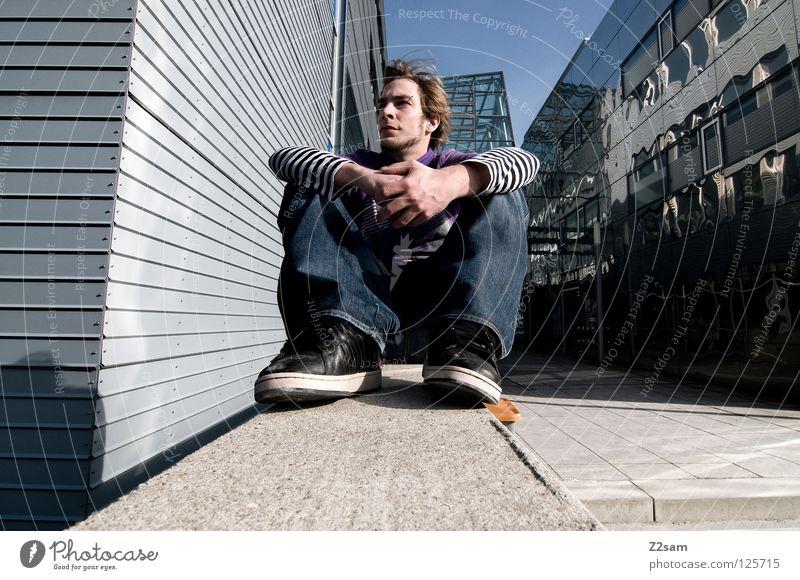 kreativpause gemütlich Chrom glänzend weiß Jeanshose Anpassung Wand Gebäude Mauer Mütze violett Beton vorwärts blond Mann maskulin Jugendliche Lampe Licht Stil
