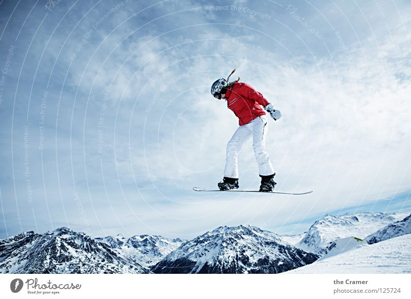 Pippi boarding Snowboard rot springen Jacke erhaben Schweben ruhig leicht Schwerelosigkeit Winter Sport Spielen Erfolg fliegen blau Alpen Schnee Coolness oben