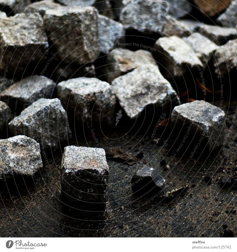 Wer ohne Sünde ist ... Straße Stein gefährlich Baustelle Bürgersteig Quadrat Verkehrswege Kopfsteinpflaster bauen werfen hart Fahrbahn Mineralien Granit Straßenbau Quader