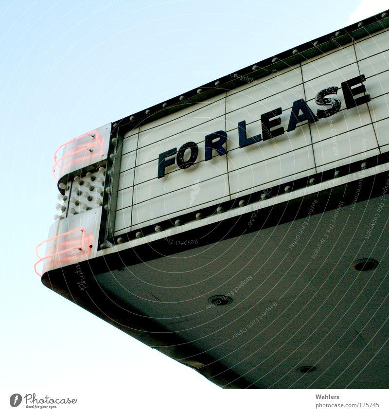 For Lease Werbung Lampe Neonlicht Kino Buchstaben Typographie Dach Fassade Detailaufnahme Miete frei Einsamkeit Schilder & Markierungen Comedy Himmel Theater