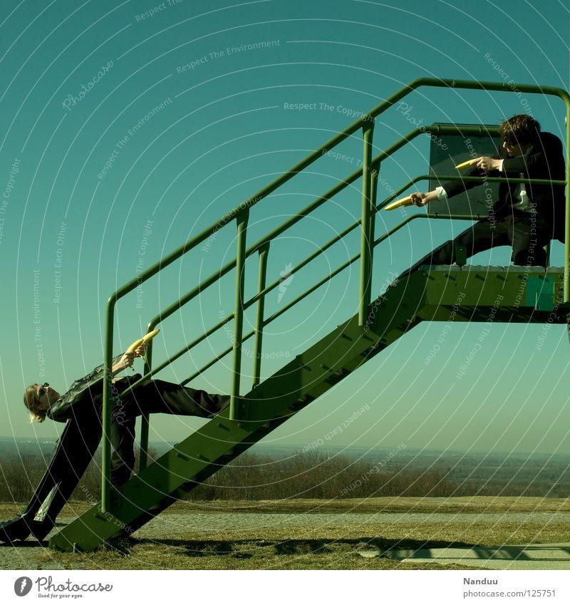 : R E L O A D E D : enttarnt Mensch Frau Mann grün Wand Spielen lustig Freizeit & Hobby Treppe maskulin verrückt Turm Körperhaltung Filmindustrie Geländer