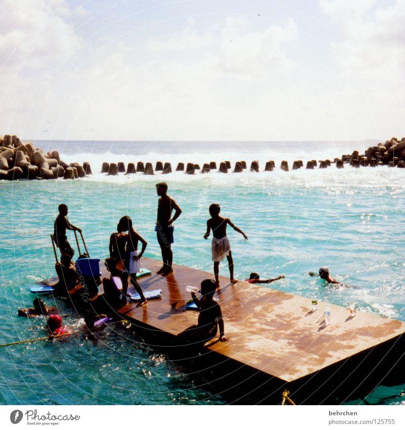 schwimmen lernen auf maledivisch Farbfoto Außenaufnahme Freude Glück Zufriedenheit Schwimmen & Baden Ferien & Urlaub & Reisen Freiheit Sommer Sonne Meer Insel