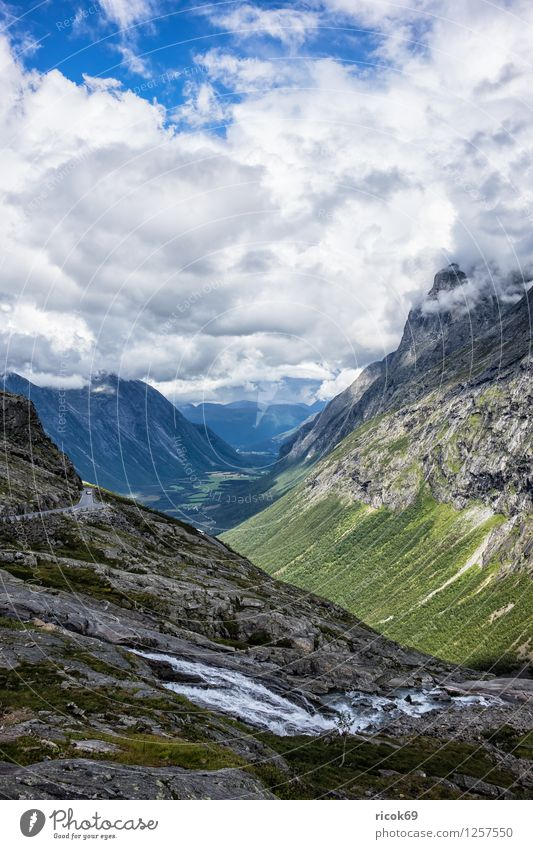 Berge in Norwegen Natur Ferien & Urlaub & Reisen Wasser Erholung Landschaft Wolken Berge u. Gebirge Tourismus Idylle Bach Skandinavien Norwegen Trollstigen Møre og Romsdal
