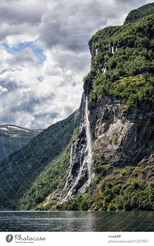 Wasserfall im Geirangerfjord Erholung Ferien & Urlaub & Reisen Berge u. Gebirge Natur Landschaft Wolken Fjord Idylle Norwegen Sieben Schwestern Møre og Romsdal
