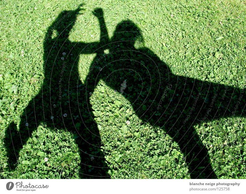 the shadow proves the sunshine Sommer Wiese 2 grün schwarz Angriff kämpfen Sonne grüne wiese Schatten zwei leute zwei personen zwei schatten Kontrast attacke