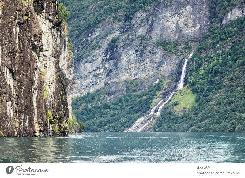 Wasserfall im Geirangerfjord Erholung Ferien & Urlaub & Reisen Berge u. Gebirge Natur Landschaft Wolken Fjord Idylle Tourismus Norwegen Møre og Romsdal