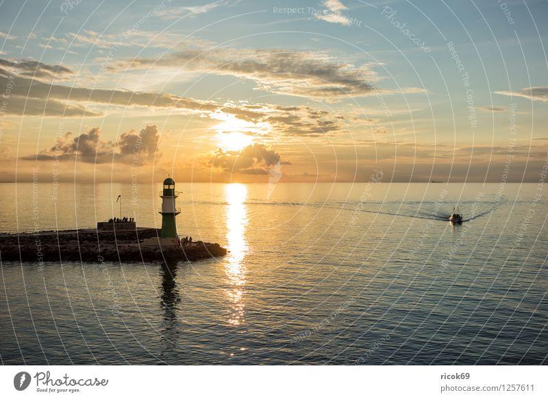 Warnemünde Ferien & Urlaub & Reisen Meer Wolken Küste Ostsee Leuchtturm Architektur Sehenswürdigkeit Wahrzeichen Wasserfahrzeug Natur Tourismus Mole