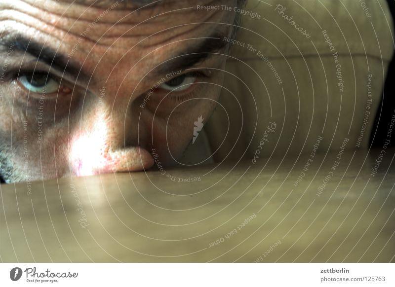700 Mann alt Gesicht Auge Nase Tisch Falte Sorge Augenbraue erstaunt drücken Stirn Porträt Tischplatte
