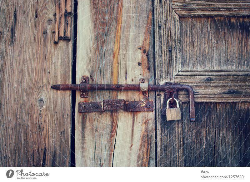Hinter Schloss und Riegel alt Holz braun Tür Rost Tor