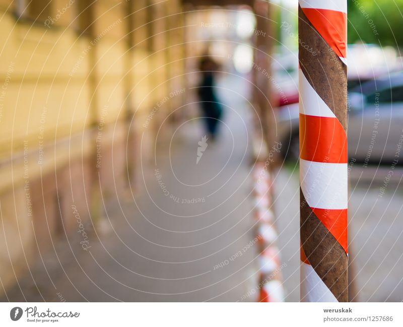 Blured backgroud mit Gefahrenband, rotes weißes Band Baustelle Industrie Kleinstadt Stadt Mauer Wand Fassade Metall Kunststoff Streifen