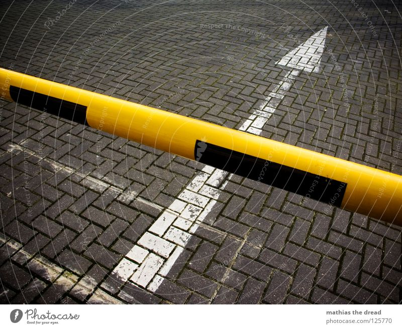 VERSPERRT Asphalt Beton hart kalt schwarz Teer Streifen weiß Bodenmarkierung Halt stoppen Sonnenlicht Ghetto Verkehr Schranke kreuzen gelb pflastern Richtung